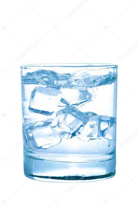 bicchieri di ghiaccio bicchiere d acqua con cubetti di ghiaccio isolato su