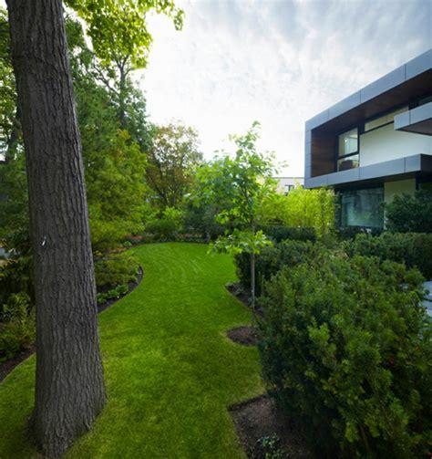 garten räume gestalten modernes haus mit sch 246 nem garten zuerkannt und sehr begehrt