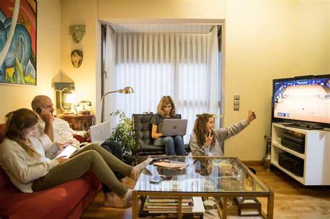 imagenes de la familia viendo tv adi 243 s a ver la televisi 243 n en familia aumenta el consumo