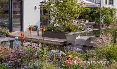 moderne gärten mit wasser gartenblog zu gartenplanung gartendesign und