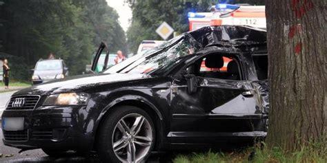 Auto In Einer Nach Dem Anderen by Hoppenrade Schwerer Unfall Nach 220 Berholman 246 Ver Oz