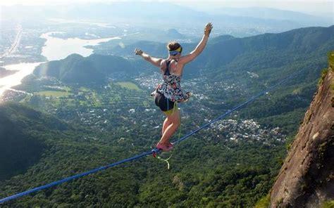 slackline ständer ισορροπεί σε σχοινί με ψηλοτάκουνα στα 840 μέτρα υψόμετρο