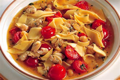 cucinare vongole fresche ricetta minestra di pasta ceci e vongole la cucina italiana