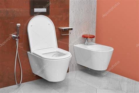 bidet sanitär sanita e bid 233 em uma moderna casa de banho fotografias