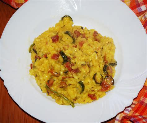 risotto con fiori di zucca e zucchine risotto con zucchine fiori di zucca e speck a tavola