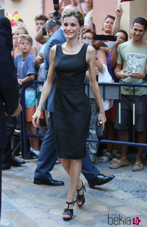 Niqab Sofia la reina letizia con un vestido negro de felipe varela en