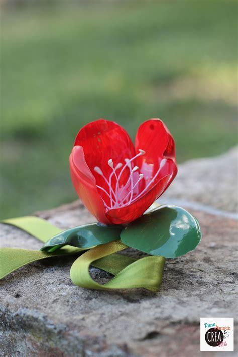 fiori con bottiglie idee per riciclare le bottiglie il fiore bracciale fai da