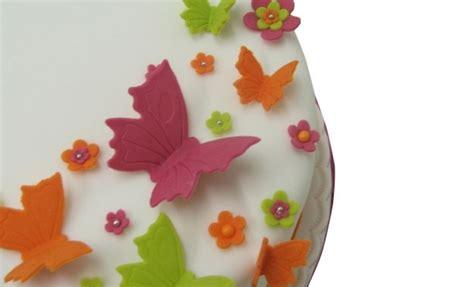 decorate a sponge cake school