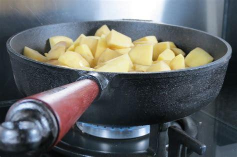 cuisiner les chignons de a la poele patates saut 233 es 224 la po 234 le en fonte skeppshult