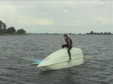 zeilboot omslaan instructievideo droog omslaan en weer rechtzetten in een