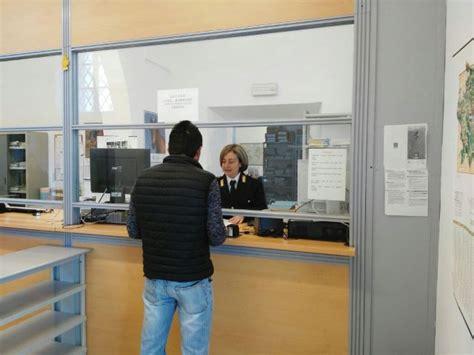 questura di arezzo ufficio immigrazione ladro e aggressore rimpatriato in marocco dopo l arresto a