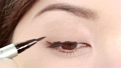 eyeliner tutorial dots eyeliner tips that make drawing the perfect cat eye super