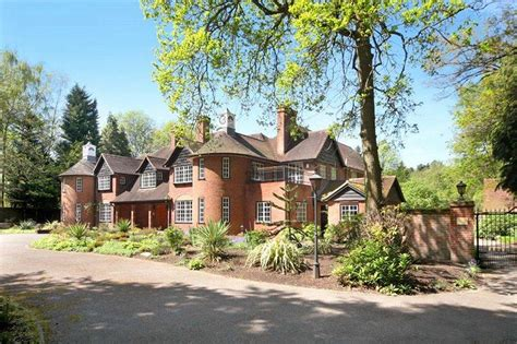 what makes this crowthorne property more of a leisure