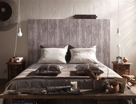 Tete De Lit Tapisserie by Une T 234 Te De Lit En Papier Peint Imitation Bois Bed