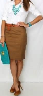 Con un conjunto espectacular se trata de una falda beige de
