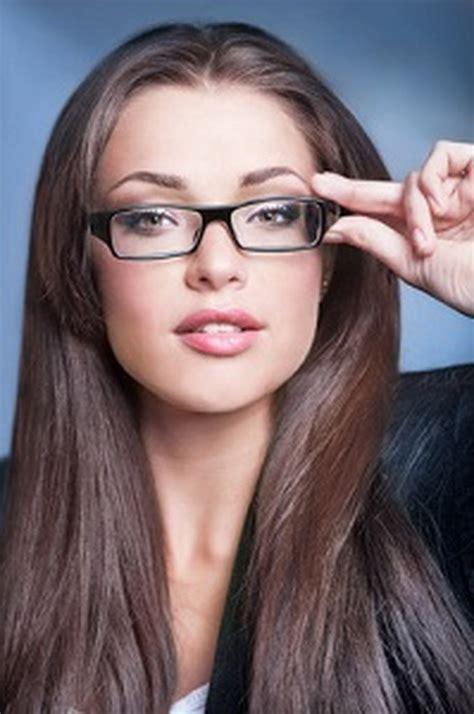 frisuren mit brille