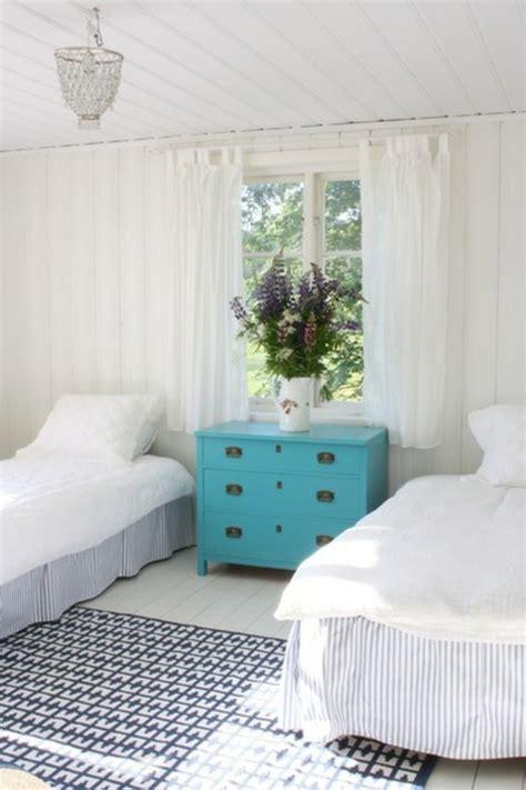 kronleuchter im schlafzimmer das interieur in ozeanblau in diesem sommer