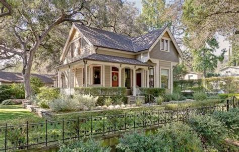 A Victorian Cottage For Sale In Pasadena Hooked On Houses California Cottages For Sale