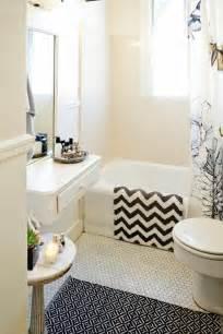 Exceptionnel Petite Salle De Bain Baignoire #1: 1-am%C3%A9nager-une-petite-salle-de-bain-avec-carrelage-beige-et-baignoire-blanc-dans-la-salle-de-bain.jpg
