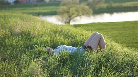 klimmzüge im liegen im gras liegen foto bild landschaft 196 cker felder