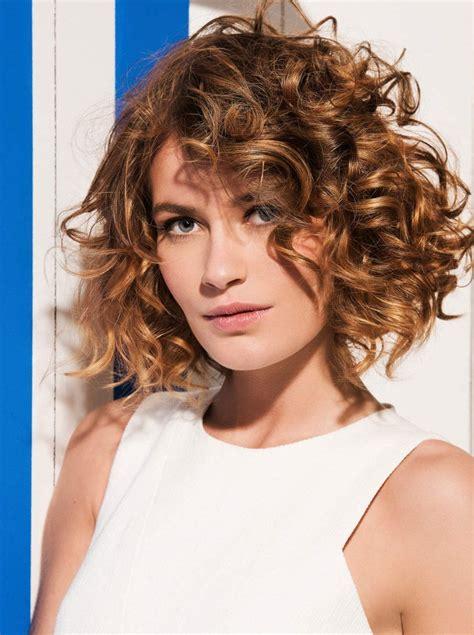 les modèles de cheveux coiffure femme cheveux frises les tendances mode 2018