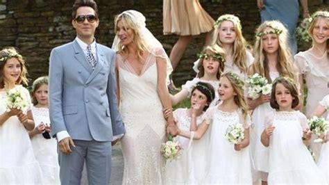 Baju Melorot saat prosesi acara perkawinan tiba tiba pakaian pengantin melorot