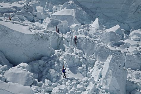 historic tragedy  everest   sherpa dead  avalanche