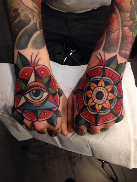 tattoo new school hand tatuaż new school dłoń przez filip henningsson