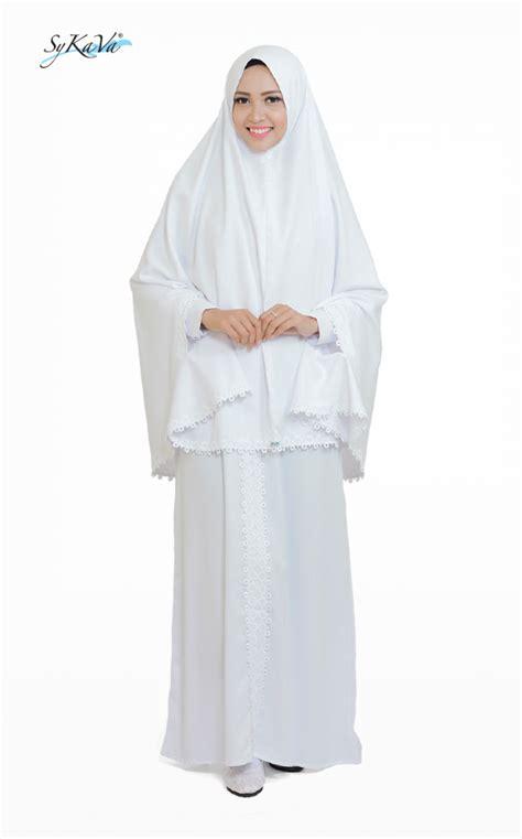 Varisha Syari nyaman dan modis dengan baju putih sykava