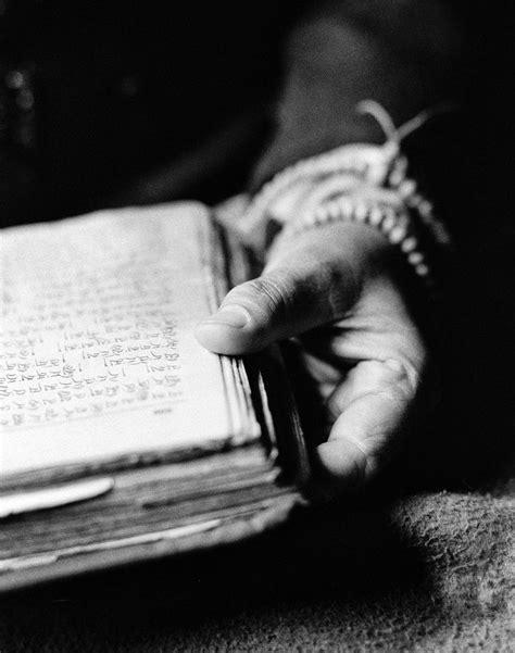 Nun's Hand, Tibet by Roy Zipstein   Livros de fotografia