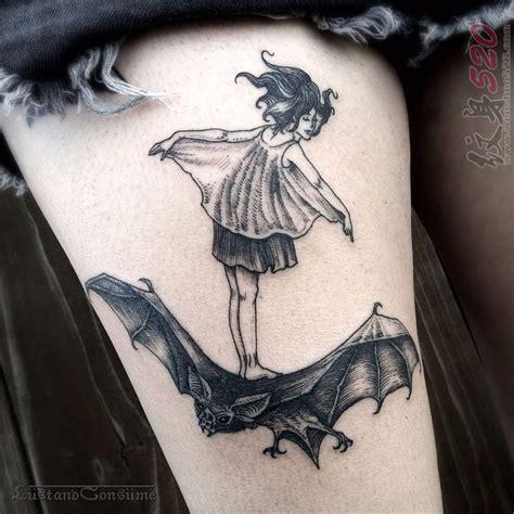 纹身黑色 女生大腿上黑色纹身人物和蝙蝠纹身图案