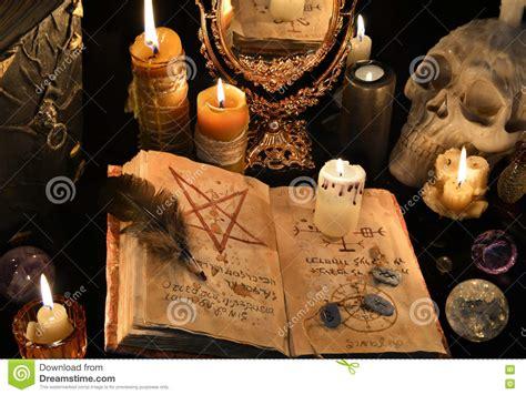 magia con le candele fondo mistico con il libro di magia nera le candele