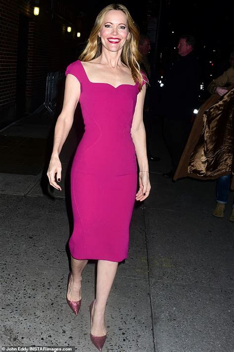 leslie mann age leslie mann 46 looks years younger in hot pink dress as