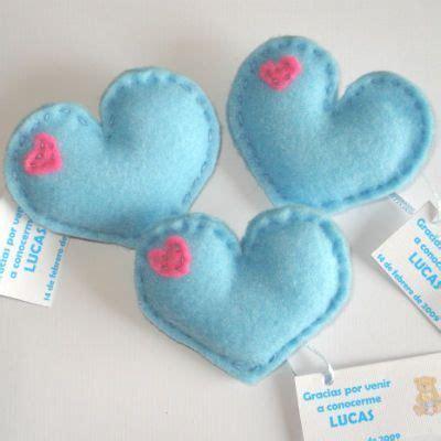 como hacer souvenirs para baby shower corazones de fieltro sencillo como souvenirs de baby