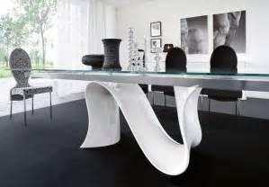 Table salle à manger blanche et noire et ensemble graphique