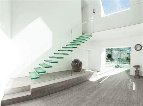 minimalistische wohnideen 40 treppengel 228 nder glas luftiges gef 252 hl im innendesign