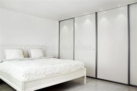 schlafzimmer bild über bett schlafzimmer bett und ein wandschrank lizenzfreie