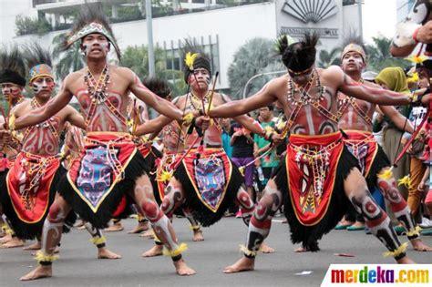 Baju Tari Hawaii foto tarian adat papua meriahkan hut brimob ke 68 di hi merdeka
