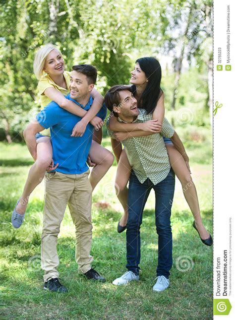 imagenes jovenes alegres cuatro amigos jovenes alegres que se divierten en el pa