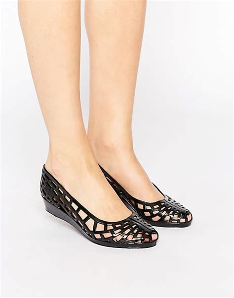 Sepatu Sandal Flat Jelly Juju Lancip juju juju christabel cut out jelly flat shoes