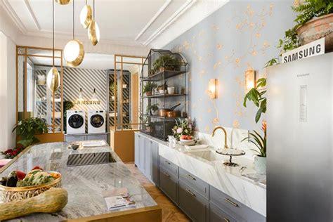 una cocina elegante  femenina  toques dorados