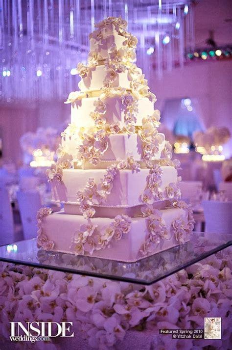 Fabulous Wedding Cake Table Ideas Using Flowers   Belle