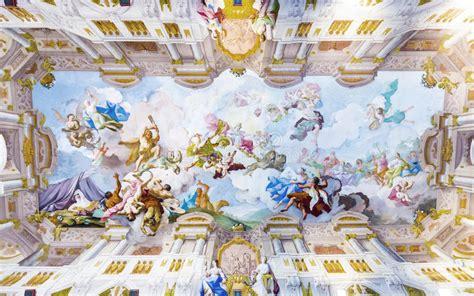 pittura soffitto soffitto dell interno lussuoso della biblioteca nell