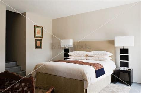 elegantes schlafzimmer mit kopfteil zwischen designer