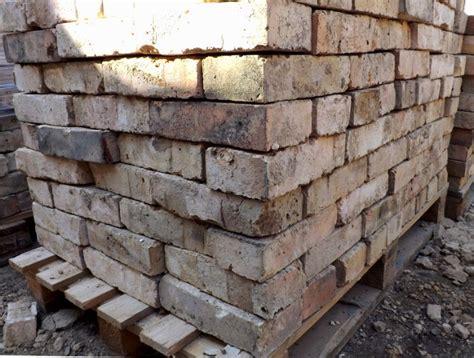 gartenmauer backstein historische ziegel antik klinker backsteine ruinenmauer