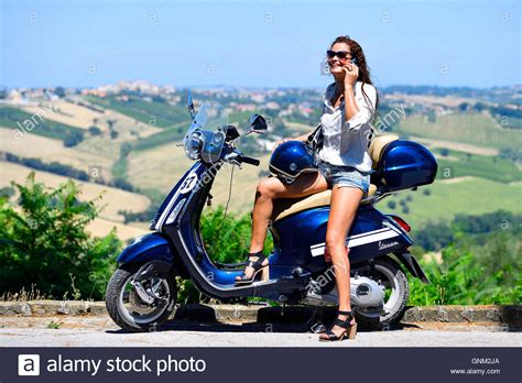 125ccm Motorrad Vespa by Frau M 228 Dchen Roller Motorrad Vespa Primavera 125ccm