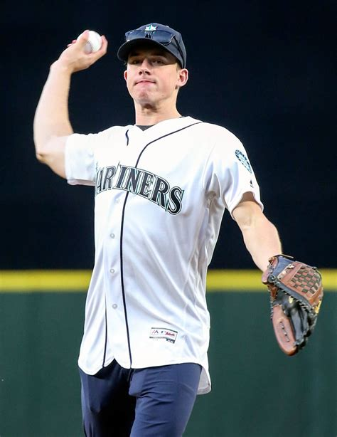 Kevin Hart Toyota Center Silvertips Goalie Hart Throws Out Pitch For Mariners