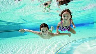 schwimmbad kinder why your child should learn to swim babysitting academy