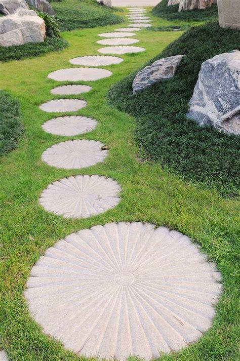 in giardino come realizzare un vialetto in giardino arredamento per