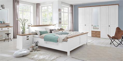 wandregal schlafzimmer landhausstil schlafzimmer nordic dreams massivholzm 246 bel